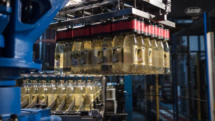 Flexibel flaskhantering med hög kapacitet och säkerhet med det patenterade robotverktyget  Air Grip och MOTOMAN® industrirobot.