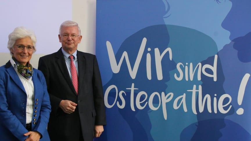 VOD-Vorsitzende Prof. Marina Fuhrmann (l.) und der Hessische Ministerpräsident a.D., Roland Koch. Foto: Wehr