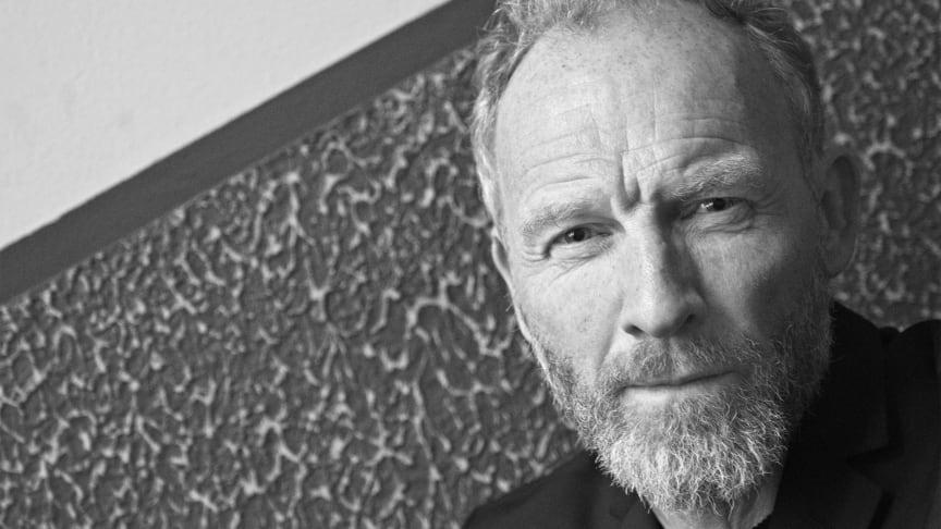 Jón Kalman Stefánsson betragtes i dag som en af Islands allerstørste forfattere. Han gæster NORD med 'Stjernernes knitren' –  en barndomsskildring, en sorgroman og en fortælling om fantasiens kraft.