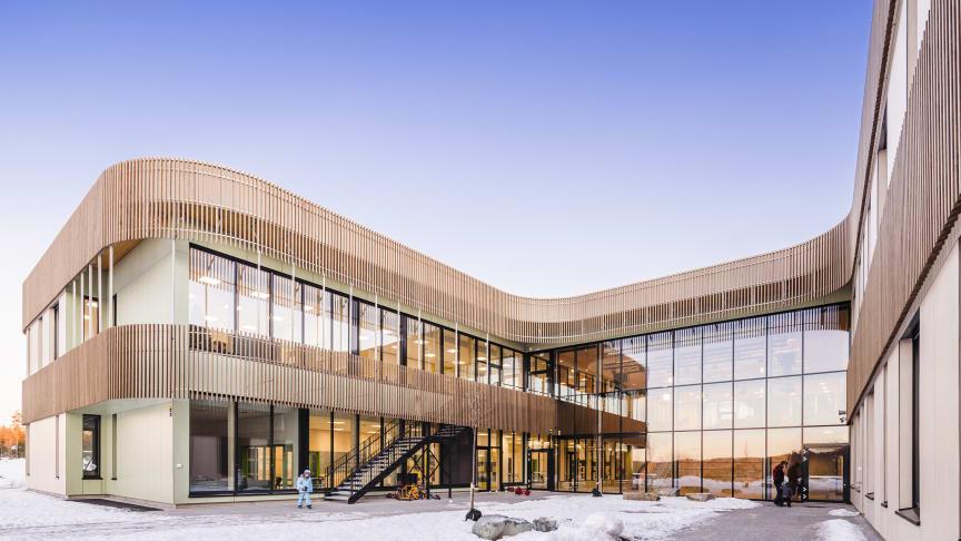 Et svanemerket smykke som setter ny standard for bygging av fremtidens skole, lyder juryens omtale av Torvbråten skole. Foto: LINK Arkitektur/Hundven-Clements Photography.