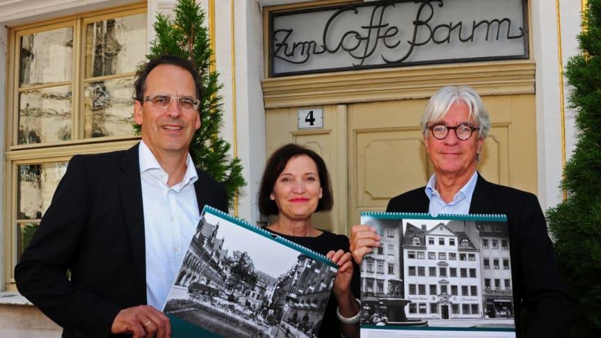 Volker Bremer und Marit Schulz (LTM GmbH) präsentieren gemeinsam mit Dr. Volker Rodekamp (Stadtgeschichtliches Museum Leipzig) vor dem Coffe Baum den Historischen Kalender 2017