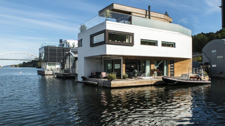 Flytanden villan i Marinstaden, Nacka utanför Stockholm har lättskött fasad i vit fibercement Cembrit Patina.