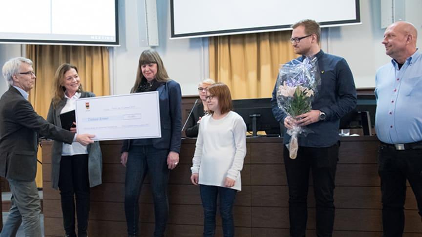 Lennart Bondeson (KD), kommunalråd, delar ut prischecken till Eva Jöbo, Margareta Dahlén, Kamila Rzemiszewska, Daniel Askerlund och Jörgen Beyron.