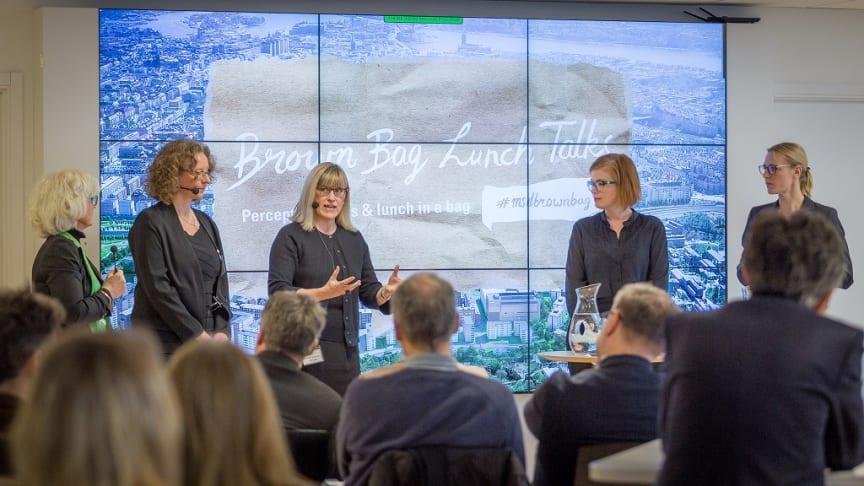 Talare och panelister Inger Rising, enhetschef på QRC Stockholm; Yvonne Dellmark, Karolinska Sjukhusets Läkarförening; Christina Åkerman, vd på ICHOM; Anna Starbrink (L), landstingsråd i SLL och Erika Ullberg (S) finanslandstingsråd i opposition, SLL