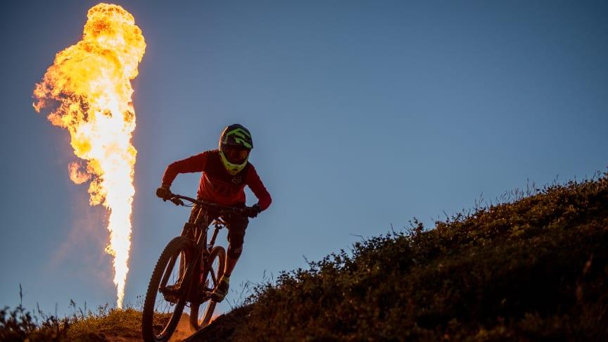 Brinnande eldar och midnattscykling på Åreskutan under Åre Bike Festival. Foto: Emrik Jansson