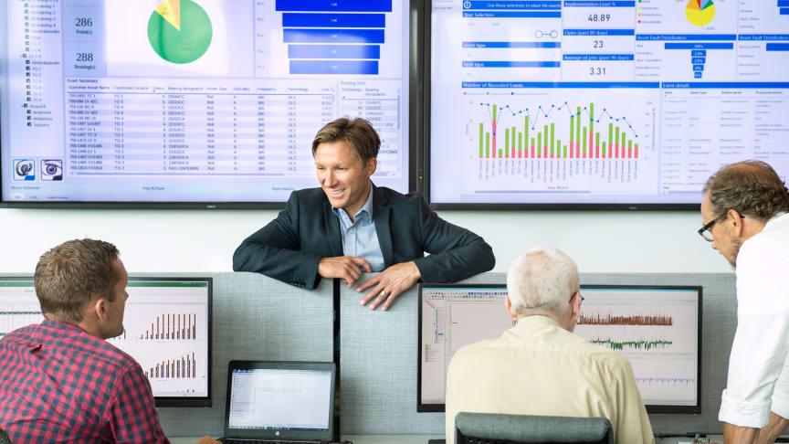 Per Wilhelmsson, chef för SKF:s Industrial Sales i Sverige, stämmer av läget med Carl-Fredrik Gustafson, Business Partner Controller, i SKF:s nya REP-center. Här analyseras data från kundernas övervakade maskiner för att optimera deras tillverkning.