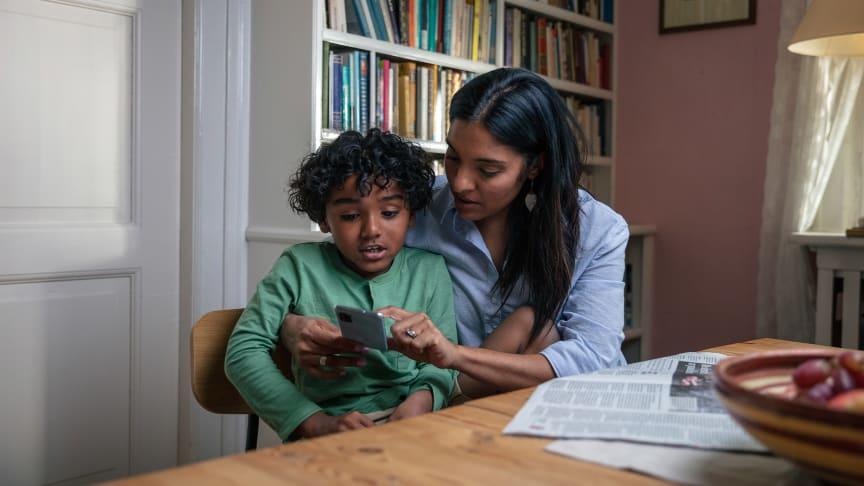 Mange foreldre er bekymret for barnas mobilbruk. Nå lanserer Telenor Mobilmerket, en leken test som kan gjøre det litt enklere å introdusere barna for den første mobiltelefonen.