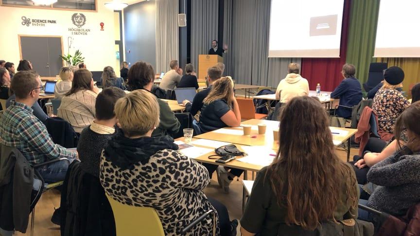 """Björn Berg Marklund berättar om sitt arbete inom området """"serious games"""". Foto: Högskolan i Skövde"""