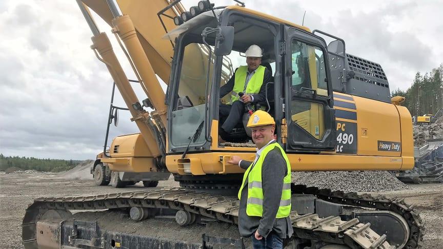 CEO, Tor Kristian Gyland, in excavator with Mayor of Enebakk, Oystein Slette, in front.