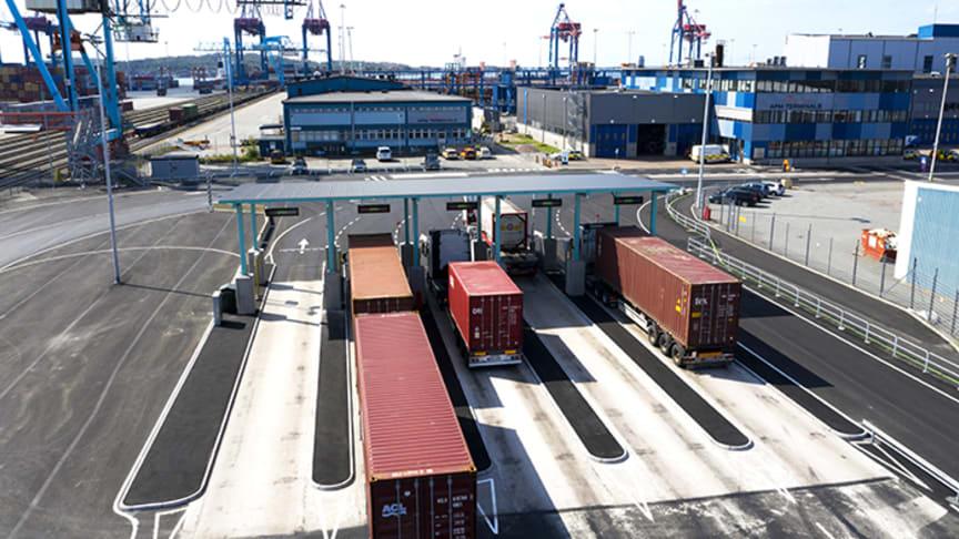 Lastbilarna kör igenom en av våra automatiserade portar