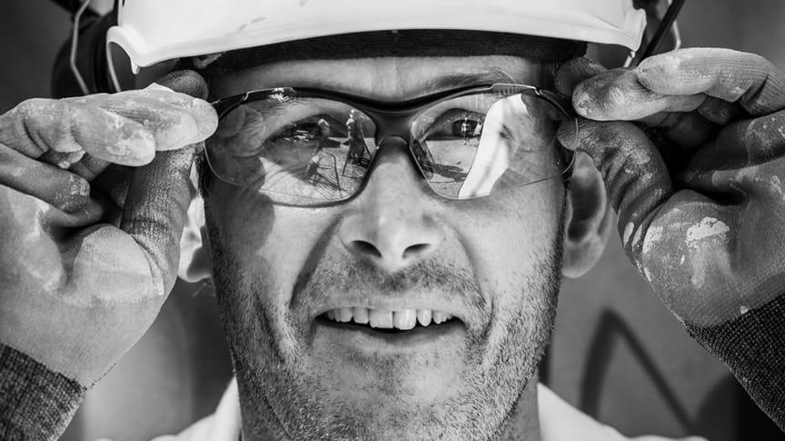 Skyddsglasögon med UV-skydd finns i klar, färgad och mörk lins.