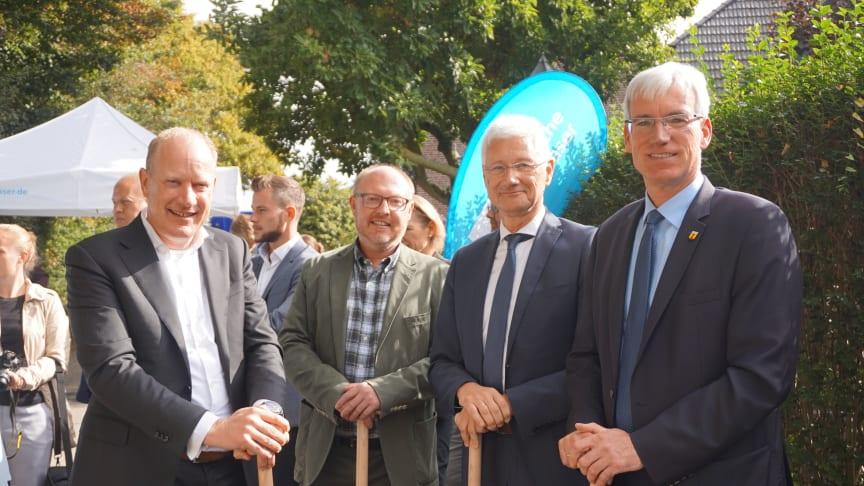 Spatenstich in Wachtendonk (v.l.): Peter Kamphuis, Geschäftsführer von Deutsche Glasfaser, Patrick Simon (Gemeinde Wachtendonk), Wolfgang Spreen, Landrat Kreis Kleve und Hans Josef Aengenendt, Bürgermeister von Wachtendonk.