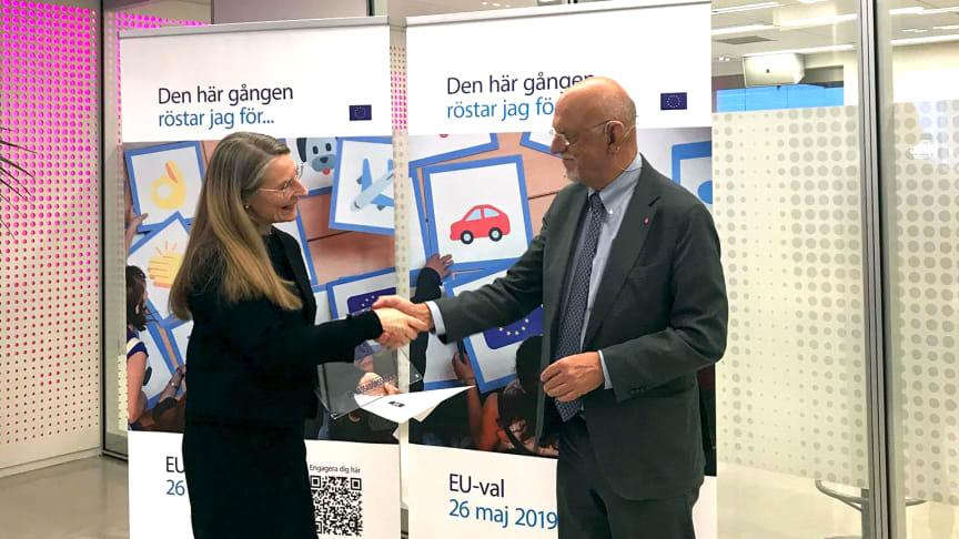 Amie Kronblad, förstelärare på Kungstensgymnasiet och EU-minister Hans Dahlgren under certifieringen.