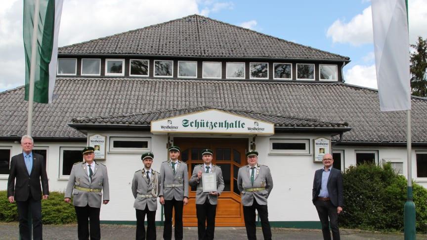 Bürgermeister Thomas Schröder, Josef Luckey, Geschäftsführer der Bürgerschützen, Alexander Luce, Christoph Luckes, Thomas Luckey, alle drei Vorstandsmitglieder, Dirk Köhne, 1. Vorsitzender, und Andreas Speith, Geschäftsführer Westfaloen Weser Netz.