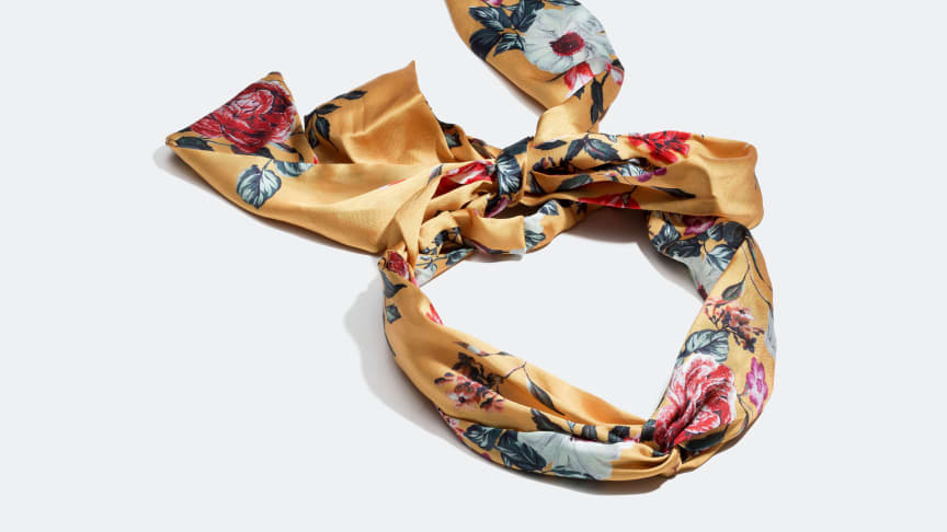 Headband scarf with a  retro floral print.