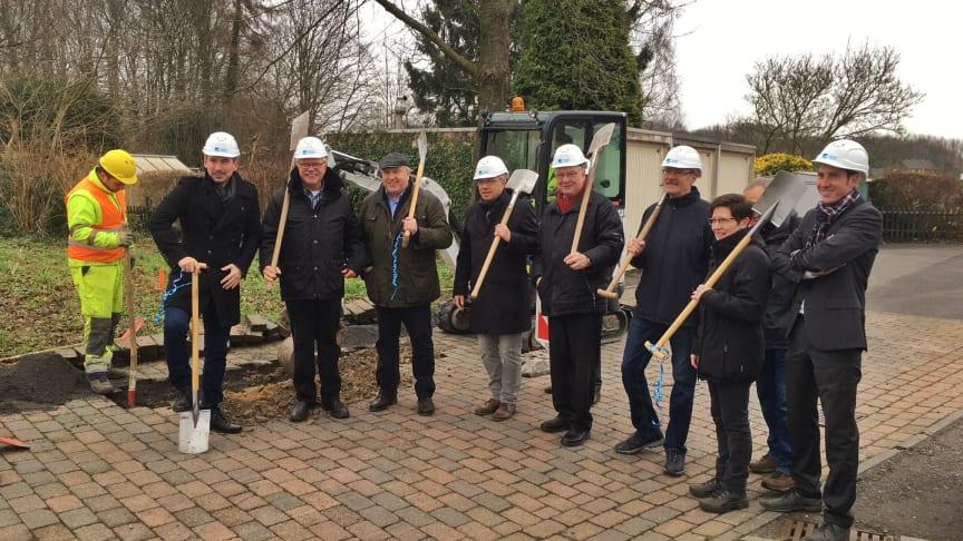 Links: Murat Durmaz, Deutsche Glasfaser (weißer Helm), gemeinsam mit Vertretern der Bürgerinitiative Glasfaser für Grefrath, Bürgermeister Manfred Lommetz (4. von links, ohne Helm) und Stan Peters, Deutsche Glasfaser (rechts).