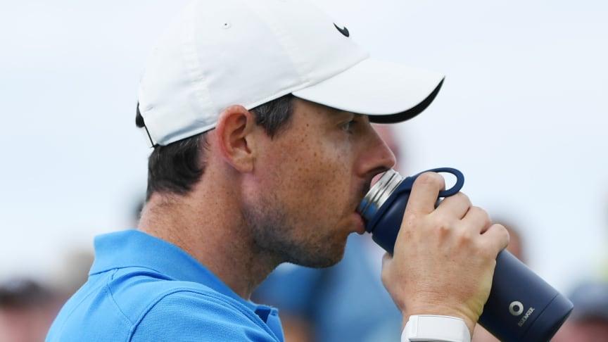Rory Mcllroy njuter av rent och friskt vatten från sin Bluewater-vattenflaska under mästerskapet The Open i Portrush, Nordirland. (Vänligen ange R&A som källa)