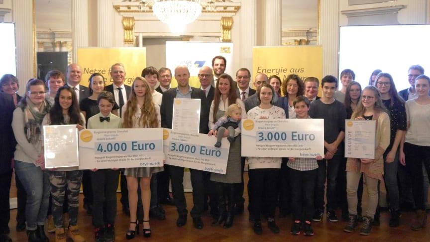 Impulsgeber für die Energiezukunft: Das Johann-Michael-Fischer-Gymnasium Burglengenfeld, Wolfgang Wilhelm aus Regensburg und die Klimajugend Schierling sind am Donnerstag in Regensburg mit dem Bürgerenergiepreis Oberpfalz 2017 ausgezeichnet worden.