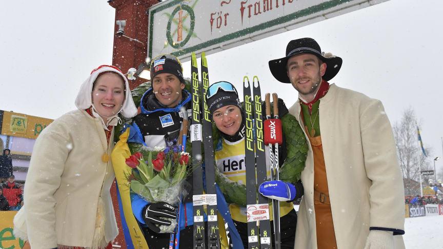 Tore Björset Berdal och Britta Johansson Norgren flankeras av kranskullan Emma Höglund och kransmasen Victor Sticko. Foto: Vasaloppet.