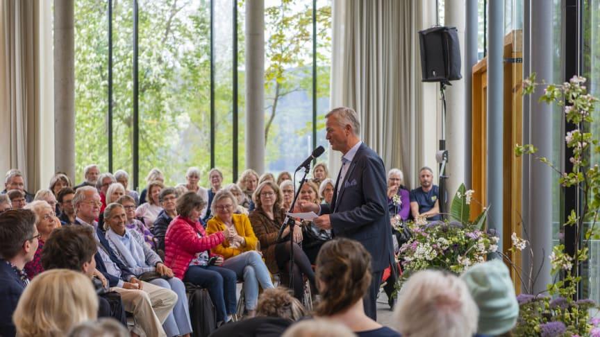 Administrerende direktør i Stiftelsen Lillehammer museum, Jostein Skurdal, under åpningen av den nye aulaen i publikumsbygget på Bjerkebæk i fjor vår. Foto: Audbjørn Rønning / Bjerkebæk
