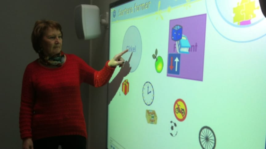 De små barnen behöver kunna använda sina fingrar och händer på SMART Board