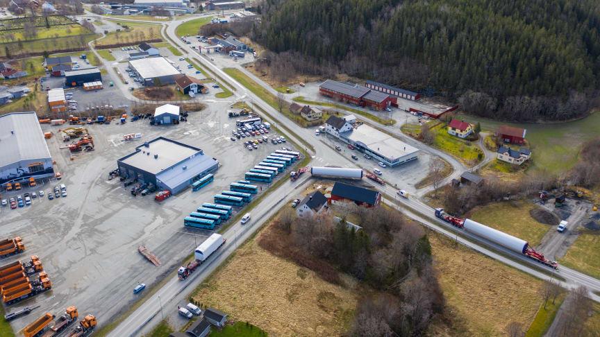 Transporten på vei ut på FV 723 i Årnes, Åfjord