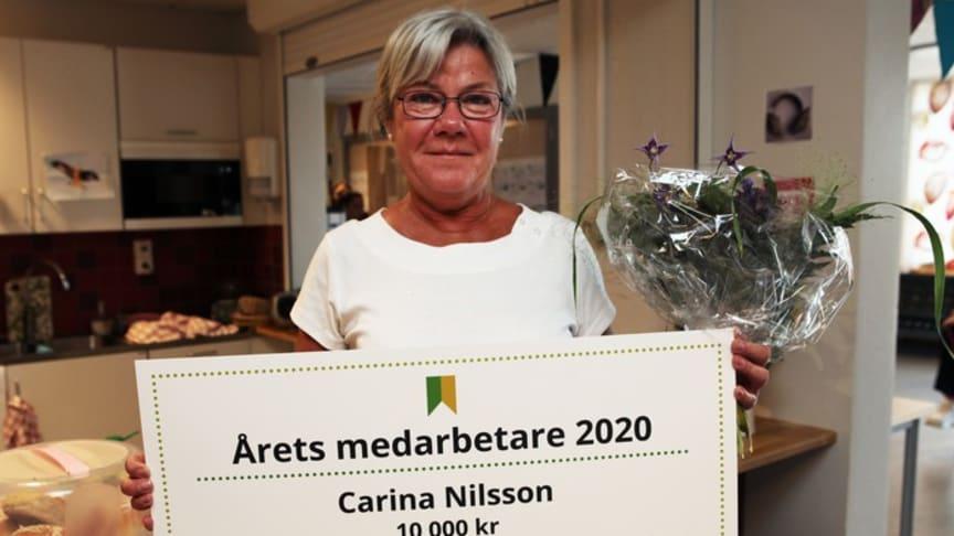 Carina Nilsson, Årets medarbetare 2020, har varje dag sedan 15 år tillbaka mött elever och personal genom att sprida värme och trygghet från Korsbackaskolans centrum – cafeterian.