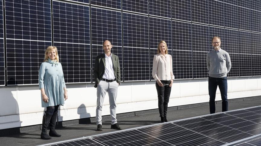 Agneta Kores, Rasmus Bergström, Susanne Hägglund och Axel Thegerström Edh på Essitys tak där 446 solpaneler installerats.