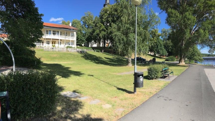 Generationsparken ligger mellan Församlingshemmet och Strandpromenaden i Lindesberg.