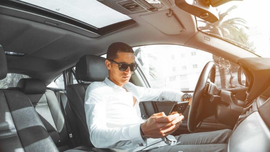 Obwohl 94 Prozent der deutschen Autofahrer die Nutzung eines Handys am Steuer als Gefahr einschätzen, nutzt es während der Fahrt jeder achte zum Lesen und Schreiben von Nachrichten und jeder sechste zum Telefonieren ohne Headset.
