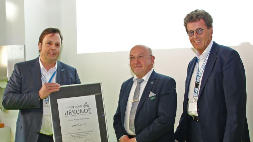 Vorstandsvorsitzender Prof. Ringshausen (l.) und Harald Bleimeister, 1. Stellvertreter, (r.) überreichen die Mitgliedsurkunde an TH-Präsident Prof. Dr. László Ungvári.
