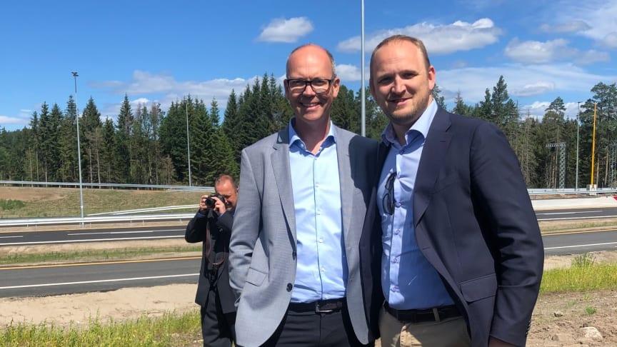 Divisjonsdirektør Sigurd Rugsland i Norconsult sammen med samferdselsminister Jon Georg Dale.