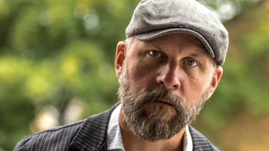 Författaren Kalle Lind kommer till Stadsteatern 21 januari för ett samtal om Hasse & Tage och den aktuella musikalen Äppelkriget.