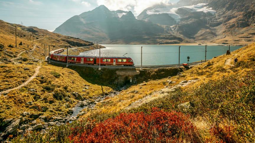 Die Rhätische Bahn am Lago Bianco, Graubünden (c) Schweiz Tourismus, Jan Geerk
