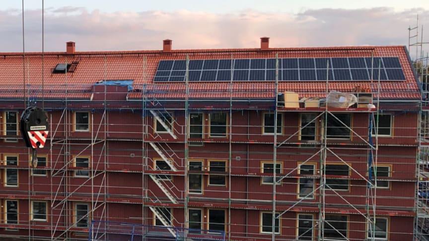 Solceller monteras på BoKlok Skölden i Gävle.