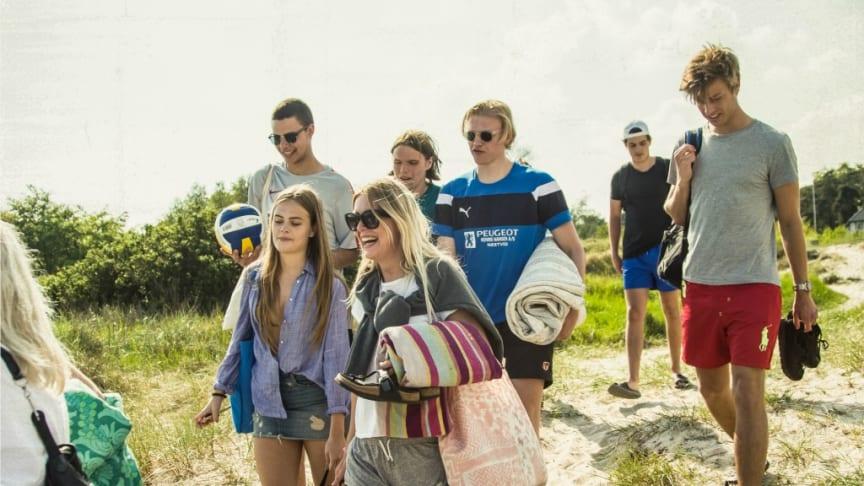 Feriestemte turister på vej til Marielyst strand.