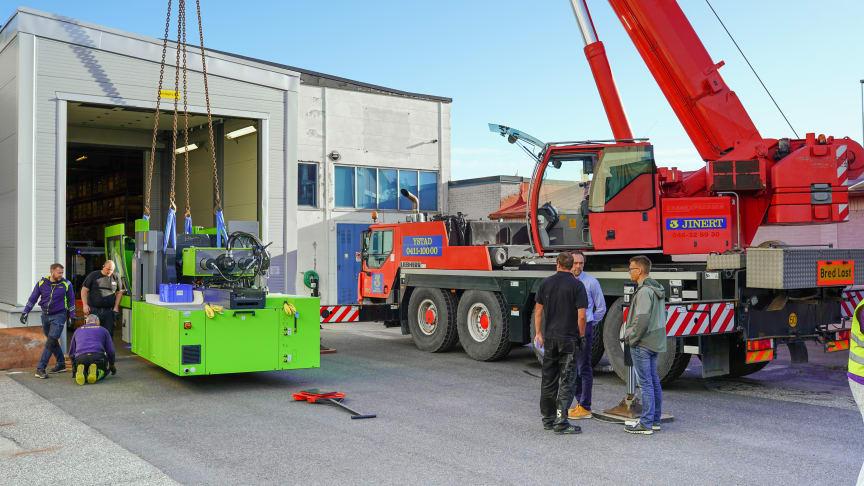 Med en vikt på runt 21 ton var lyftes de nya maskinerna av med mobilkran och togs emot av platschef Pär Jörgensen och personal från produktionen.