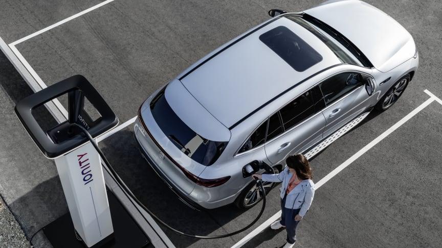 Det ultrasnabba laddnätverket Ionity växer snabbt, både i Sverige och resten av Europa. Här är det möjligt att ladda sin elbil riktigt snabbt. En Mercedes-Benz EQC med 110 kW laddning laddas från 10 - 80 % på ca 40 minuter.