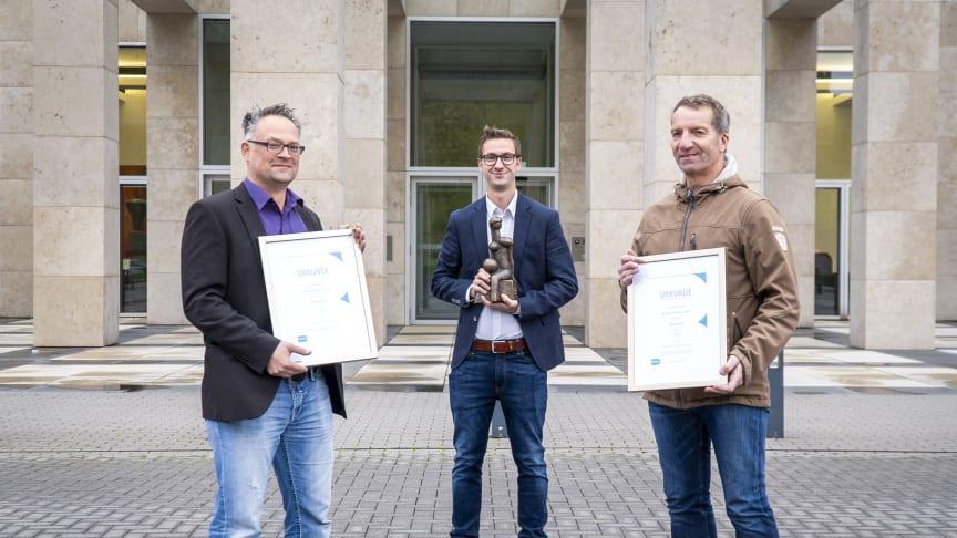 Tobias Manzek, Trainer der 1. Mannschaft des SC Uellendahl  (l.) und Thomas Richter, Vorstand Sport des Wuppertaler SV (r.) wurden von Ingo Eiberg, Barmenia (m.) mit dem Barmenia-Fairplay-Pokal für die Saison 2019/20 ausgezeichnet