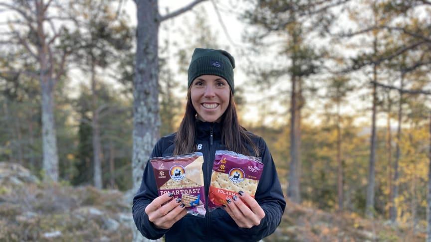 Charlotte Kalla håller upp de nya veganska färdiga smörgåsarna Polartoast Barbecue och Polarmacka Skärgårdsröra.