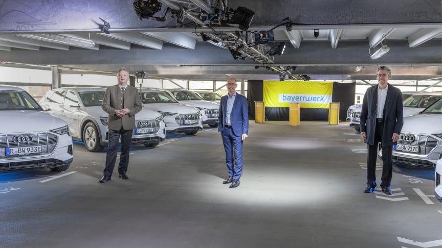 Auf die Plätze, laden, losfahren! Wirtschaftsstaatssekretär Roland Weigert (li.), Bayernwerk-Technikvorstand Dr. Egon Westphal (mi.) und Audi-Entwicklungsleiter für Ladesysteme, Roman Strasser (re.), starteten heute das Projekt MerGE.