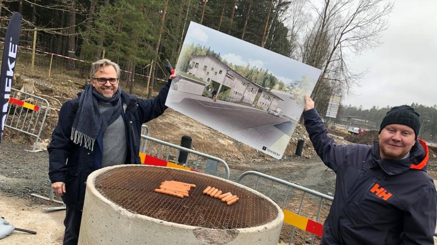 Det blev premiärgrillning intill byggplatsen där nya förskolan Rödklövern kommer ligga. På förskolegården kommer barn och pedagoger ha en helt egen grillplats.