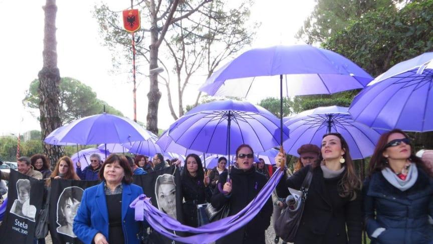 Kvinna till Kvinnas partnerorganisation AWEN demonstrerar i Albanien, ett av de länder som befinner sig i processen för ett EU-inträde.