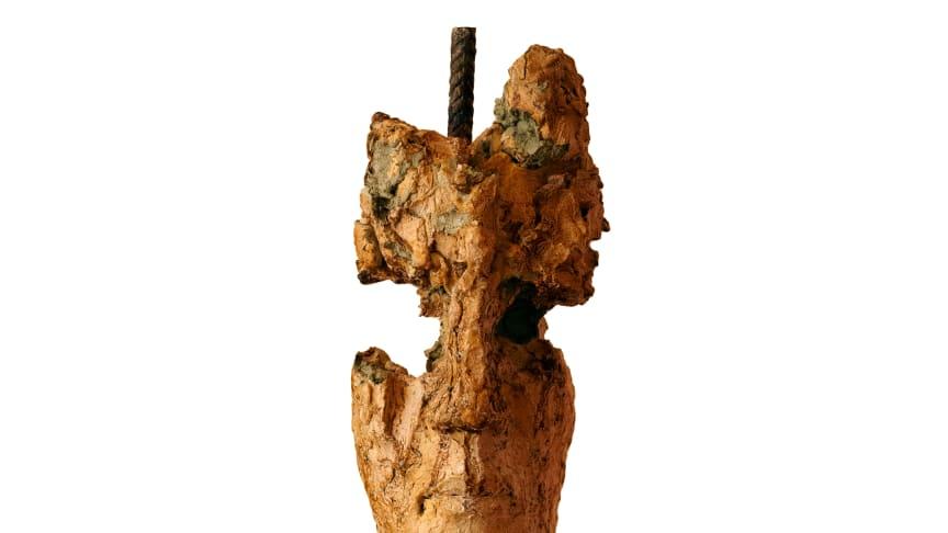Skulptur ‹König› von Barbara Schnetzler, Ton, Schellack, Eisen (Foto: Malina Haid)
