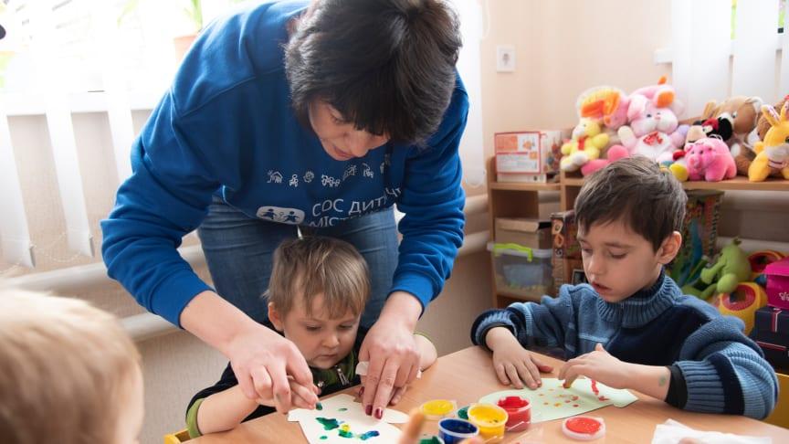 Ostukrainische Kinder, die ihre Eltern verloren haben, finden in den SOS-Kinderdörfern des Landes ein neues Zuhause oder werden an Ukrainische Pflegeeltern-vermittelt, die von den SOS-Kinderdörfern langfristig betreut werden. Foto: Katerina Ilievska