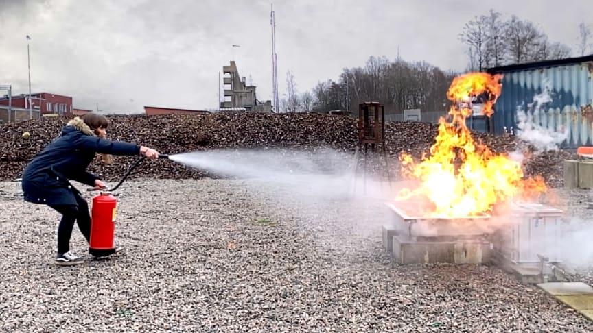 Brandingenjör Malin Tindberg demonstrerar handbrandskäckare i webbutbildning för regionanställda. Foto: Jens Klevje