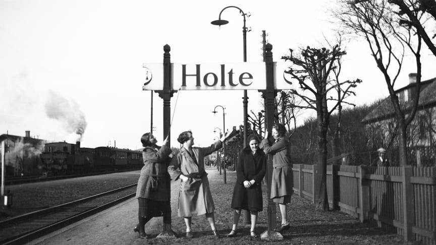 Unge damer på Holte Station ca. 1920