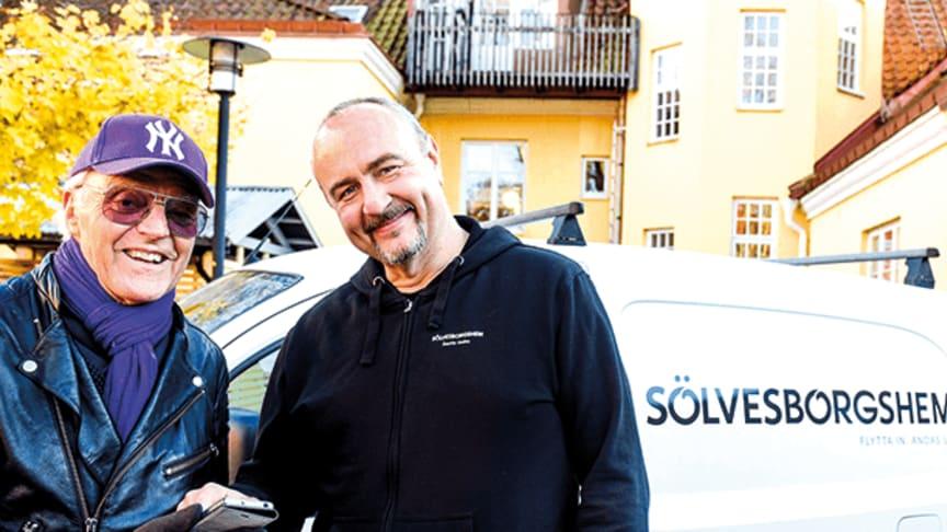 Bovärden Martin med skruvdragaren i ena handen, visar hyresgästen Lars Holm de senaste digitala funktionerna. Foto: Annika Persson