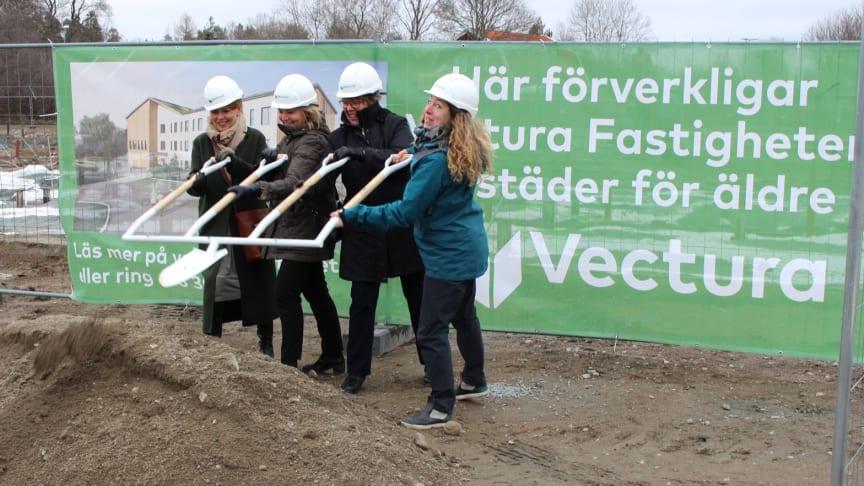 På bilden: Ulla Tansen Affärsområdetchef Vardaga, Susanne Ekblom VD Vectura Fastigheter, Kerstin Eskhult Ordförande i Socialnämnden samt Ingrid Westman ägare av Friendly Building.