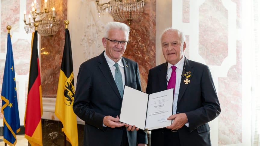 Ministerpräsident Winfried Kretschmann (l.) ehrte Prof. Götz W. Werner (r.) ©Staatsministerium Baden-Württemberg